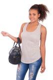 Giovane donna africana che viaggia con la sua borsa - isolata sopra briciolo Fotografia Stock