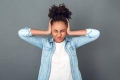 Giovane donna africana isolata sullo stile di vita quotidiano casuale dello studio grigio della parete irritato Fotografia Stock Libera da Diritti
