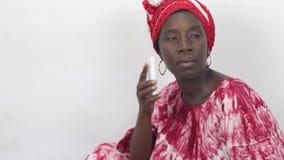 Giovane donna africana sul telefono stock footage
