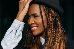 Giovane donna afroamericana allegra Modello felice immagine stock libera da diritti