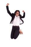 Giovane donna afroamericana che salta, concetto di affari di successo fotografia stock libera da diritti