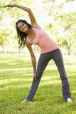 Giovane donna afroamericana che si esercita nel parco Fotografie Stock