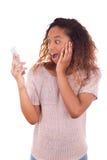 Giovane donna afroamericana estatica che fa una telefonata su lei fotografia stock libera da diritti