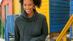 Giovane donna afroamericana felice che balla alla capanna della spiaggia stock footage