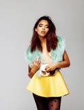 Giovane donna afroamericana graziosa che posa nei clothers di modo emozionali, concetto della gente di stile di vita Immagini Stock