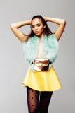 Giovane donna afroamericana graziosa che posa nei clothers di modo emozionali, concetto della gente di stile di vita Fotografia Stock Libera da Diritti