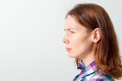 Giovane donna aggrottante le sopracciglia Fotografia Stock Libera da Diritti