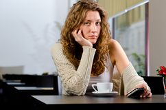 Giovane donna al caffè Fotografia Stock