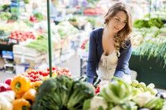 Giovane donna al mercato Fotografie Stock Libere da Diritti