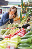 Giovane donna al mercato Immagine Stock