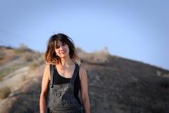 Giovane donna all'aperto in camici Fotografia Stock Libera da Diritti