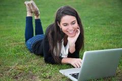 Giovane donna all'aperto con il computer Immagini Stock Libere da Diritti