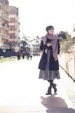 Giovane donna all'aperto facendo uso del telefono cellulare Fotografie Stock Libere da Diritti