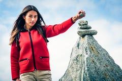Giovane donna alla cima della montagna Immagine Stock