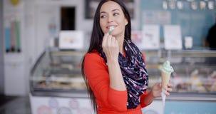 Giovane donna alla moda attraente nelle specialità gastronomiche archivi video