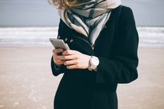 Giovane donna alla moda in cappotto e sciarpa immagini stock libere da diritti
