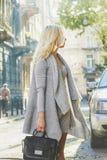 Giovane donna alla moda che cammina sulla via della città Immagine Stock Libera da Diritti