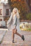 Giovane donna alla moda che cammina sulla via della città Fotografia Stock