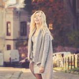 Giovane donna alla moda che cammina sulla via della città Fotografie Stock Libere da Diritti