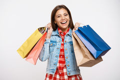 Giovane donna alla moda che posa con i sacchetti della spesa dopo il grande acquisto immagini stock