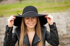 Giovane donna alla moda con il bello cappello Fotografie Stock Libere da Diritti