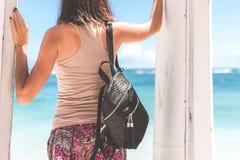 Giovane donna alla moda con il pitone di lusso dello snakeskin sulla spiaggia Isola di Bali Immagine Stock