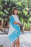 Giovane donna alla moda con il supporto della sciarpa del cashmere all'aperto Isola di Bali immagine stock