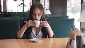Giovane donna alla moda di affari che ha una rottura ad un caffè È sexy e sensuale Sorridere Sogno Flirta archivi video