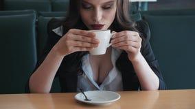 Giovane donna alla moda di affari che ha una rottura ad un caffè È sexy e sensuale Sorridere Sogno Flirta stock footage
