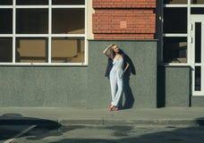 Giovane donna alla moda di affari sulla via fotografia stock libera da diritti