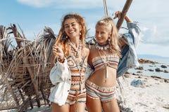 Giovane donna alla moda di boho due sulla spiaggia Immagini Stock