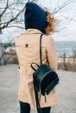 Giovane donna alla moda alla moda di retrovisione immagini stock libere da diritti