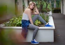 Giovane donna alla moda fuori Fotografia Stock Libera da Diritti
