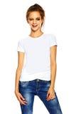 Giovane donna alla moda in panno casuale dietro fondo bianco Immagini Stock