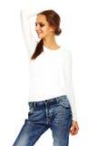 Giovane donna alla moda in panno casuale dietro fondo bianco Fotografia Stock Libera da Diritti