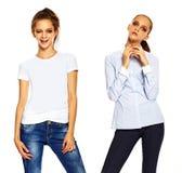 Giovane donna alla moda in panno casuale dietro fondo bianco Fotografie Stock Libere da Diritti