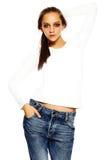 Giovane donna alla moda in panno casuale dietro fondo bianco Immagine Stock Libera da Diritti