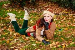 Giovane donna alla moda in parco Immagini Stock Libere da Diritti