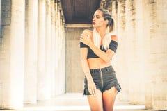 Giovane donna alla moda, posante all'aperto Capelli biondi lunghi fotografia stock