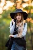 Giovane donna alla moda splendida che indossa i vestiti alla moda Fotografia Stock