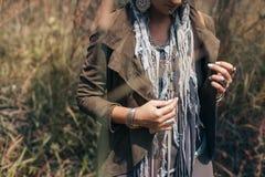 Giovane donna alla moda su un campo alla fine di tramonto su Immagini Stock Libere da Diritti