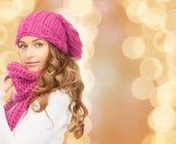 Giovane donna alla moda sulla via Fotografie Stock Libere da Diritti