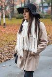 Giovane donna alla sosta di autunno Fotografia Stock