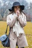 Giovane donna alla sosta di autunno Fotografia Stock Libera da Diritti