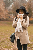 Giovane donna alla sosta di autunno fotografie stock libere da diritti