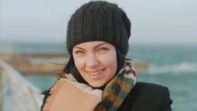 Giovane donna alla spiaggia del mare mentre tempesta e grandi onde stock footage