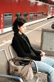 Giovane donna alla stazione 2 fotografia stock libera da diritti
