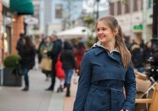 Giovane donna alla strada dei negozi Fotografia Stock Libera da Diritti