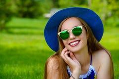 Giovane donna allegra fotografie stock