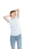 Giovane donna allegra attraente con le mani sulla posa capa e chiusa degli occhi Immagini Stock Libere da Diritti